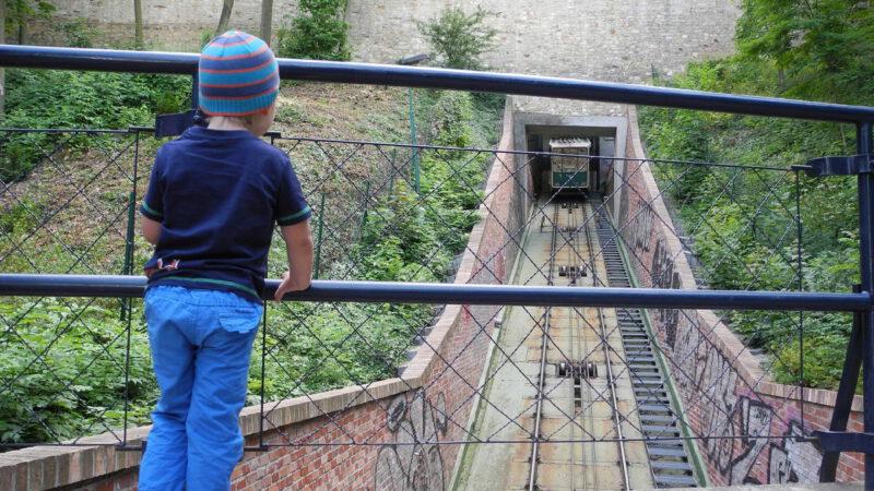 Lanovka na Petřín není dlouhá, ale projížďka je zážitek