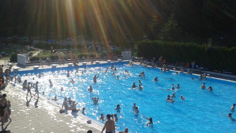 Pohled na bazén v západu slunce