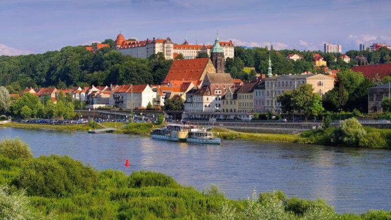 Pirna leží na řeci Labi kousek před Drážďanami
