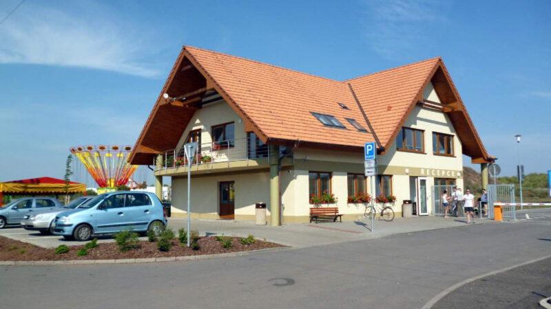Recepce a hlavní budova kempu