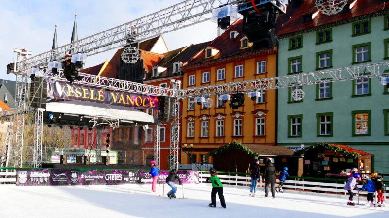 Ledové kluziště je otevřeno i po trzích