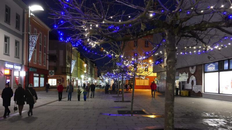 Procházka setmělými uličkami a Vánoční trhy Cheb stojí za to