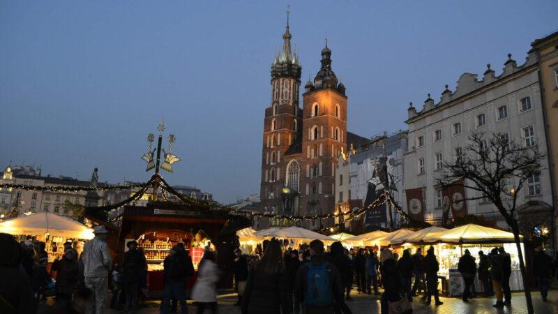 Teprve v noci Vánoční trhy Krakow opravdu ohromí