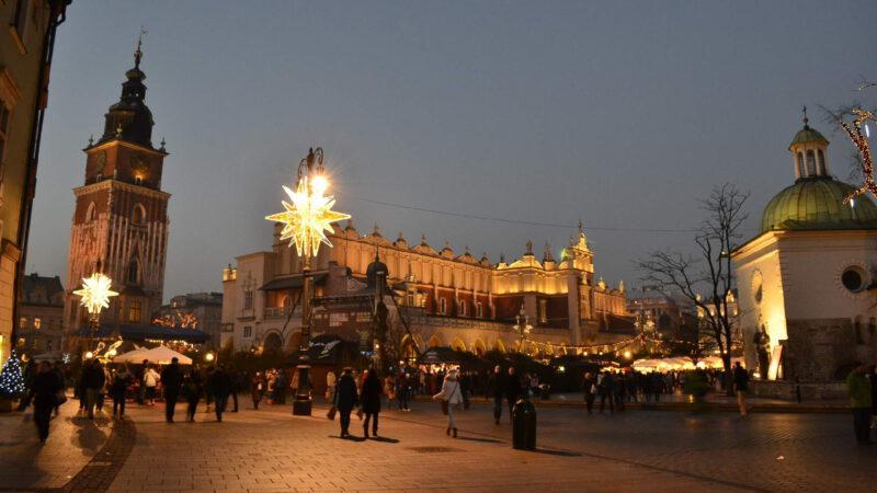 V noci mají Vánoční trhy Krakow ještě hezčí atmosféru