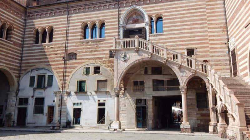 Jeden z mnoha krásných paláců Verony