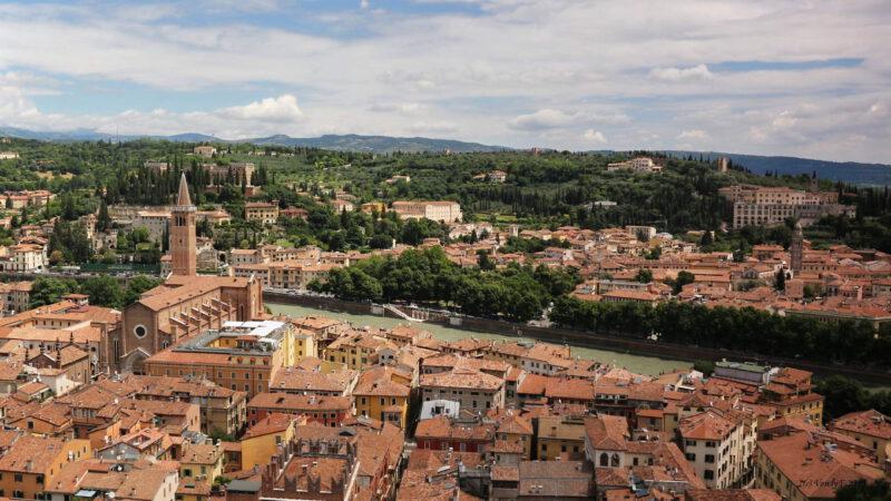 Městem protéká řeka Adige