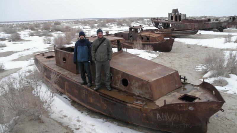 Aralské jezero je pouští, kde bývalé rybářské lodě rezaví