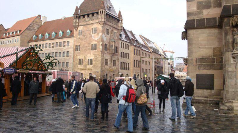 V ulících jsou davy lidí - prý přes 2 miliony lidí navštíví Vánoční trhy Norimberk