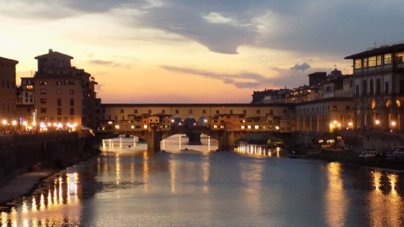 Krásně nasvícený most Ponte Vecchio v noci