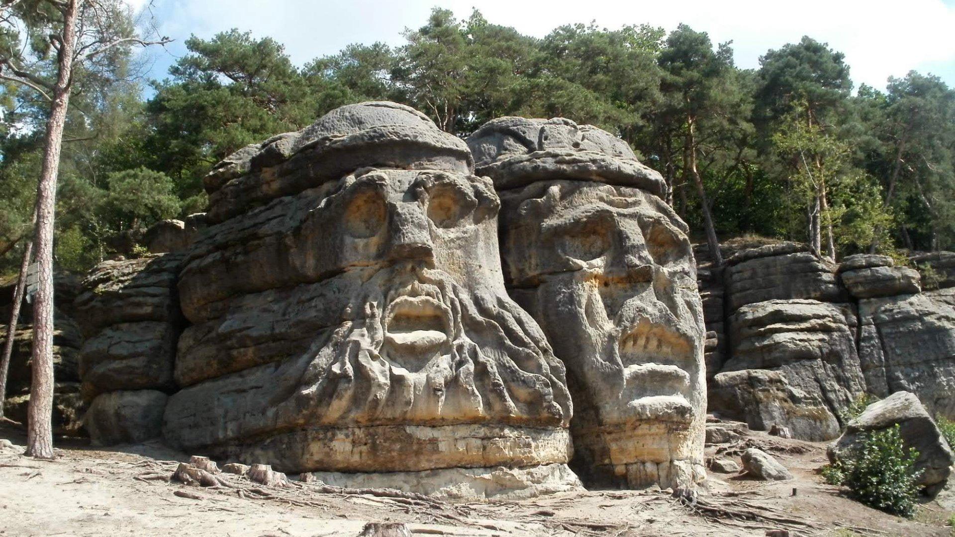 Čertovy hlavy a další skály v okolí Želíz